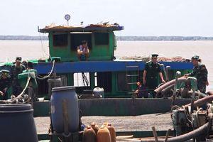 Bắt 3 sà lan vận chuyển 1.500 m³ cát trái phép tại Cần Giờ