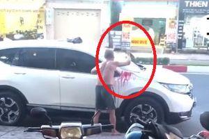 Nóng trên mạng xã hội: Vấy bẩn xe 'người ta', cụ ông bị 'ném đá'