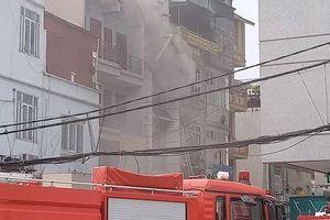 Phá cửa dập lửa bên trong căn nhà 4 tầng bốc cháy