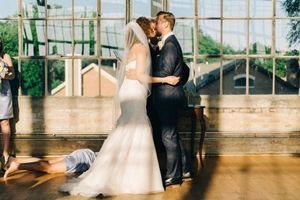 Phù dâu ngất xỉu ngay khoảnh khắc cô dâu chú rể trao nụ hôn cưới