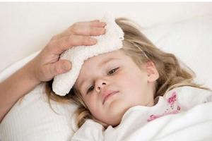 Bố mẹ nên cảnh giác khi trẻ sốt kèm dấu hiệu sau