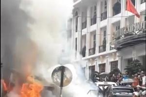 Xe hút bể phốt 'bất đắc dĩ' thành xe cứu hỏa cứu nguy ô tô cháy ngùn ngụt giữa phố