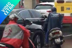 Thanh niên chặn đầu ôtô dưới mưa vì nghĩ bị lấn làn
