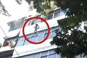 Cháy chung cư, người mẹ ném con qua cửa sổ vì không kịp chạy