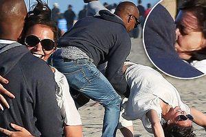 Vợ cũ Tom Cruise hôn say đắm bạn trai hơn 11 tuổi bên bờ biển