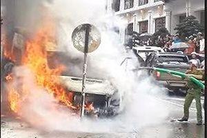 Xe hút bể phốt 'cứu' ôtô 16 chỗ bốc cháy dữ dội ở Sapa