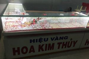 Bịt mặt, cầm búa nam thanh niêm xông vào đập kính cướp tiệm vàng ở Quảng Nam