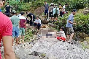 Đi chụp ảnh dã ngoại bên suối nước, 2 người phụ nữ chết thảm