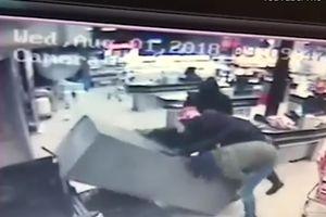 Băng cướp xông vào siêu thị khuân cây ATM lên xe tẩu thoát