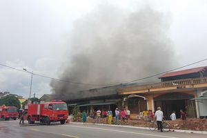 Cháy lớn thiêu rụi 5 quán karaoke ở Quảng Ninh