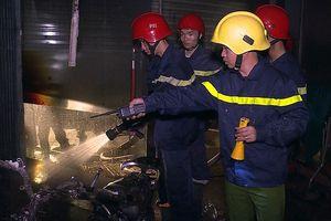 Giải cứu 5 người mắc kẹt trong đám cháy lúc rạng sáng