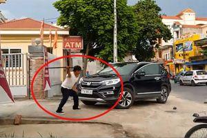 Clip: Nghi vấn bảo vệ ngân hàng đập phá ô tô của khách ở Thái Bình