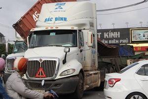 Container tông nhau, đường nối Bình Dương – TPHCM ùn ứ kéo dài