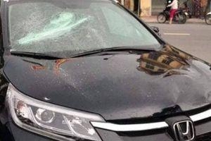 Bất ngờ lý do người đàn ông dùng hung khí đập phá ô tô ở Thái Bình