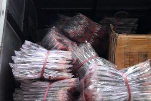 Bắt giữ 2 xe tải hàng không nguồn gốc trong ngôi nhà ở ngõ sâu Hà Nội
