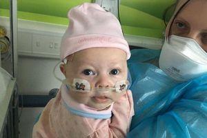 Con gái mắc phải căn bệnh hiếm gặp, chỉ 1 nụ hôn của mẹ cũng có thể giết chết bé!
