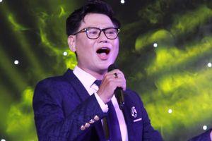 Bác sĩ TP.HCM hát quyên góp tiền cho sinh viên nghèo