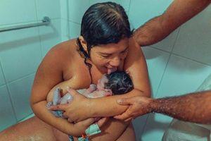 Tranh cãi bà mẹ liếm con sau sinh gây bùng nổ mạng xã hội