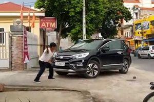 Nghi vấn bảo vệ ngân hàng đập phá ô tô ở Thái Bình: Công an nói gì?