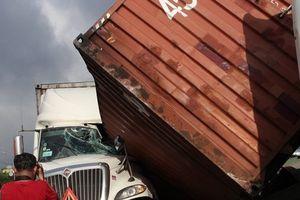 Bình Dương: 2 xe container tông nhau, giao thông ách tắc hàng giờ