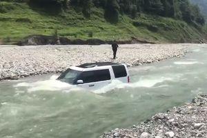 Suýt 'mất cả chì lẫn chài' khi lái xe xuống sông để tiết kiệm tiền rửa