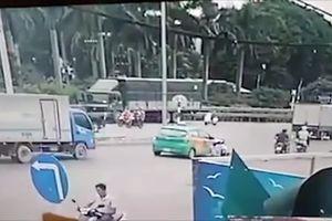 Đi ngược chiều tốc độ cao, xe máy bị taxi quay đầu đốn ngã