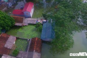 Video Flycam: Nước ngập đầu người, dân Thủ đô đi lại trên mái nhà lấy đồ cứu trợ