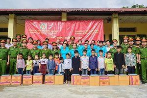 Trao gửi những món quà ý nghĩa đến cô, trò trường Tiểu học Hồng Quang