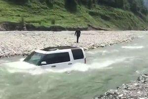 Cho Land Rover tắm sông để tiết kiệm tiền rửa xe