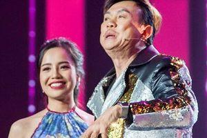 Chí Tài phấn khích chạy lên sân khấu ôm nữ thí sinh xinh đẹp