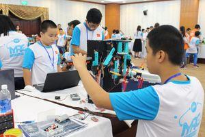 Học sinh làm robot giải quyết các vấn đề xã hội
