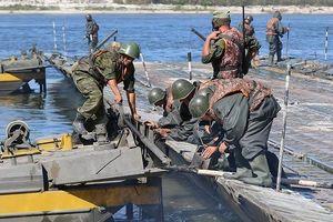 Lính Nga lắp cầu phao 20 tấn cho xe tăng vượt sông