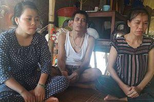 Gia đình 3 người bệnh tật bám víu nhau trên dòng nước ven sông Cửa Tiền
