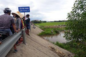 Dân làng đổ xô tìm kiếm bé trai 27 tháng tuổi 'mất tích'