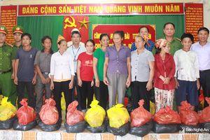 Anh Sơn tặng 95 suất quà cho các hộ dân bị thiệt hại do mưa bão