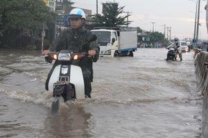 QL51 biến thành sông trong cơn mưa như trút nước chiều 6/8