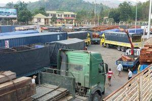 Mưa lũ ở Lào kéo dài khiến hàng trăm phương tiện ách tắc tại cửa khẩu Lao Bảo