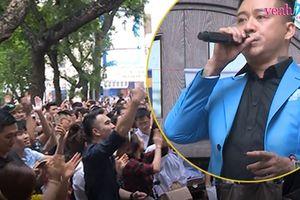 Tuấn Hưng lại khiến cả phố đi bộ tắc nghẽn khi đứng trên ban công nhà mình hát phục vụ khán giả