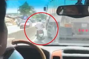 Clip: Đánh võng thách thức trước đầu ô tô, xe máy bị xe tải dạy bài học nhớ đời