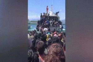 Hãi hùng cảnh du khách đổ xô lên tàu vì sợ sóng thần ở Indonesia