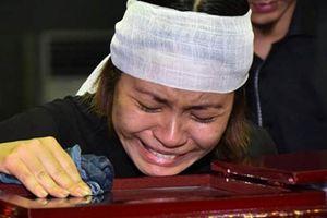 Bạn bè khóc tiễn 'Chí Phèo' Bùi Cường, vợ nghệ sĩ nằm viện vì bị sốc