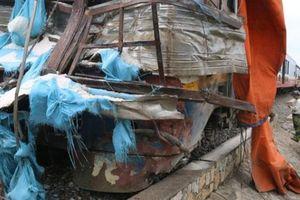 Tàu SE5 húc văng xe tải chở muối, 2 người trọng thương