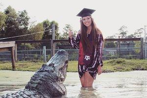 Cô gái xinh đẹp với bộ ảnh tốt nghiệp chụp cùng 'người yêu' dài 4 mét