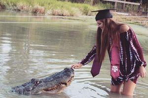 Rợn người nữ sinh chụp hình tốt nghiệp với cá sấu