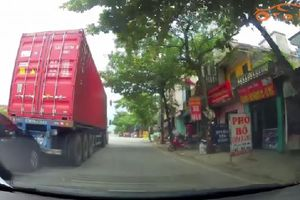 Clip: Kia Forte 'chọi' xe container và cái kết buồn