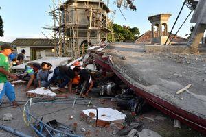 Chùm ảnh hàng nghìn người chầu chực rời đảo du lịch Indonesia sau động đất