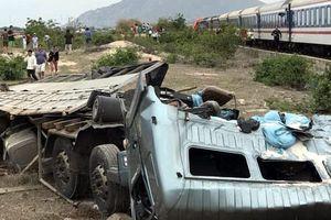 Tàu hỏa tông xe tải chở muối văng xa, đường sắt tê liệt