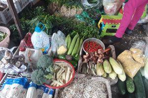 Rau quả hậu mưa, lũ: Chợ truyền thống tăng, siêu thị giữ giá