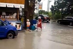 Đường ngập nước sau mưa lụt, bé trai ngã xuống cống tử vong