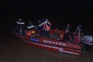 Sà lan bị nhấn chìm khi tránh ghe trên sông, bé gái 6 tuổi mất tích
